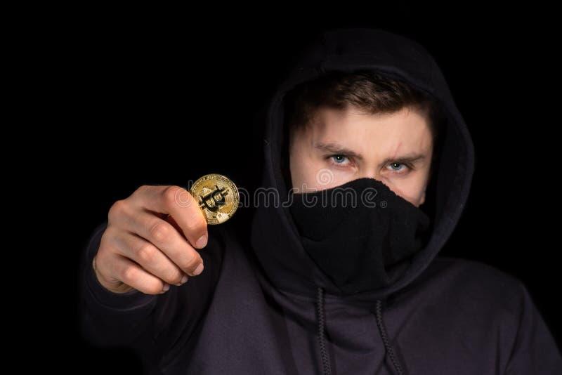Bitcoin de prise de pirate informatique de plan rapproché à disposition lançant l'attaque de cyber, sécurité de cyber de con photos libres de droits