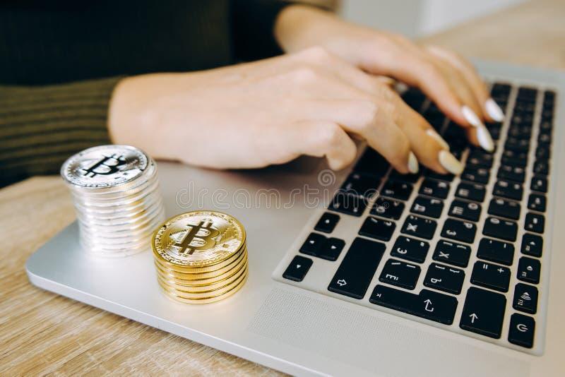 Bitcoin del computer portatile della tastiera fotografia stock