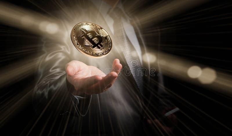 Bitcoin del control del hombre de negocios, moneda crypto conceptual, nuevos géneros imagenes de archivo