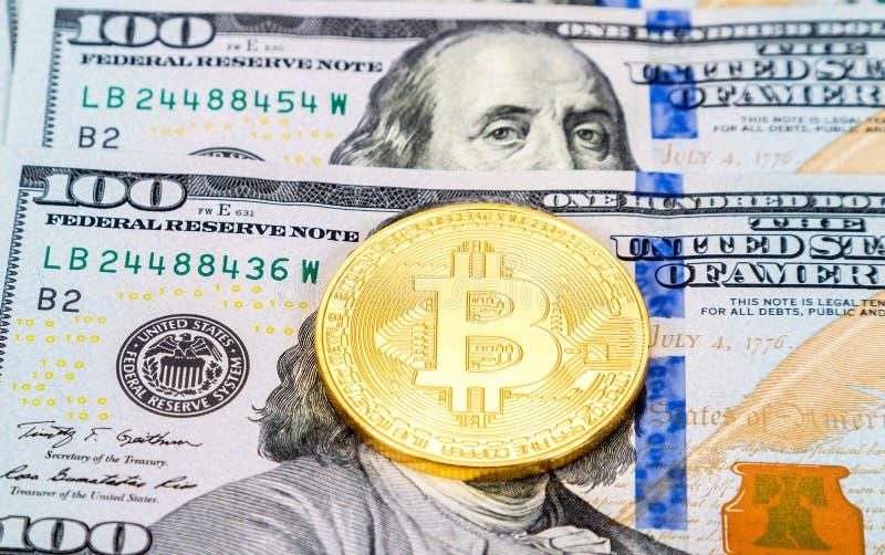 Bitcoin del oro de moneda del cryptocurrency de Digitaces que miente sobre dol americano imágenes de archivo libres de regalías