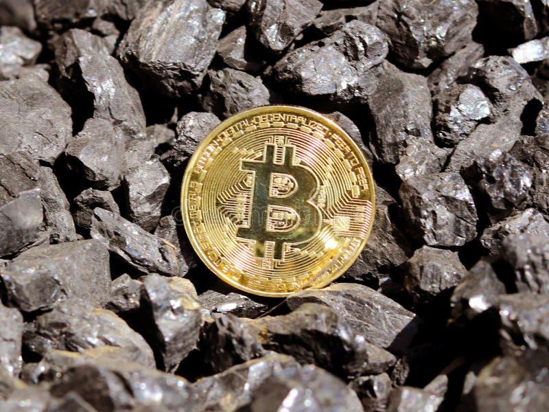 Bitcoin del oro en un fondo del ` s del carbón Moneda Crypto de Mayerized Nómina de pago a través de Internet Al bitcoin crypto d foto de archivo