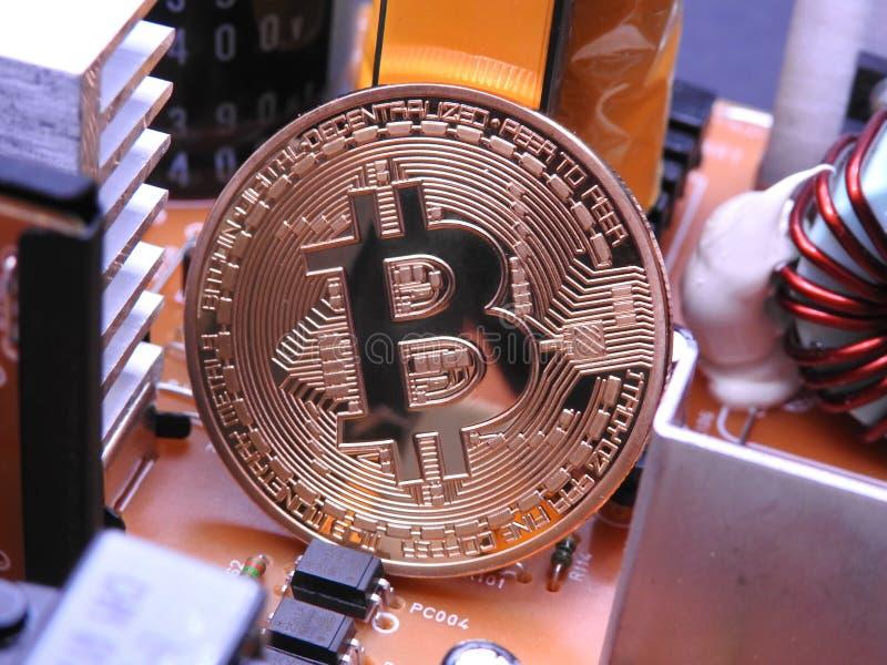 Bitcoin delante de componentes electrónicos y de refrigeradores fotos de archivo libres de regalías