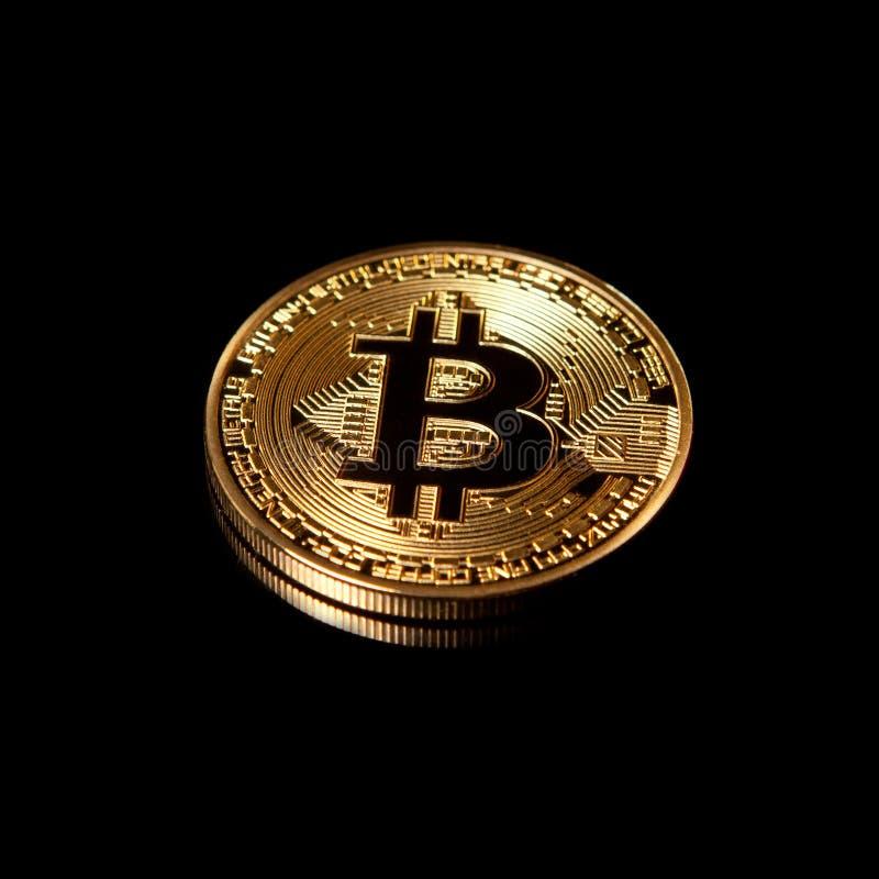 Bitcoin dell'oro su fondo nero fotografia stock