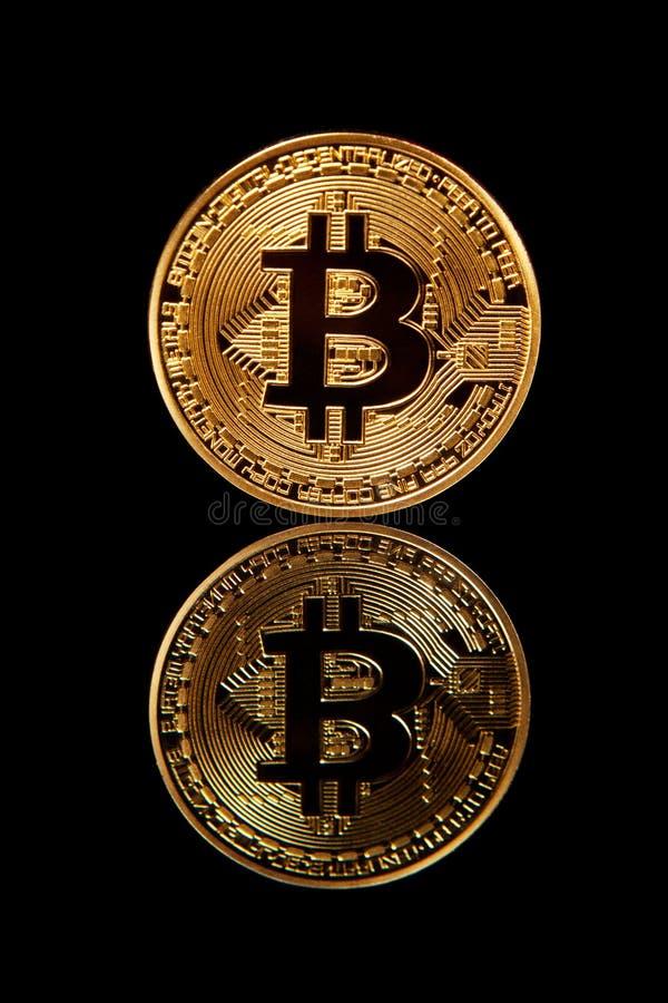 Bitcoin dell'oro su fondo nero fotografie stock