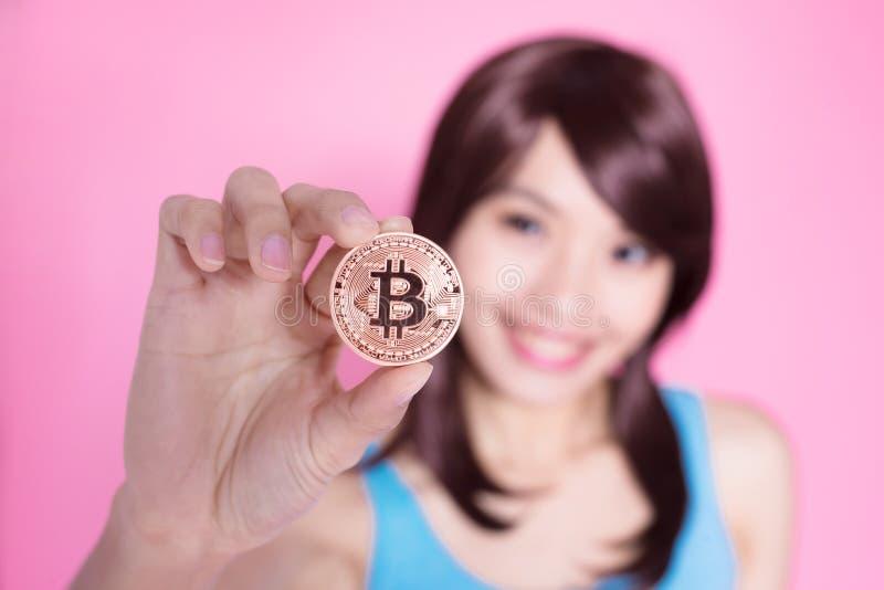 Bitcoin della presa della donna fotografia stock libera da diritti