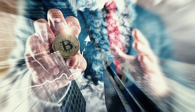 Bitcoin della tenuta dell'uomo d'affari Bitcoin all'investimento di punto più alto della storia fotografia stock libera da diritti