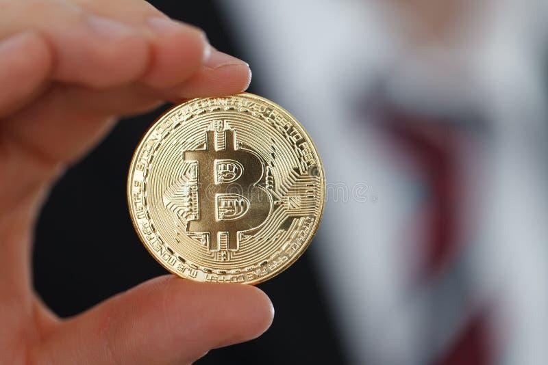 Bitcoin in der Hand lizenzfreie stockfotografie
