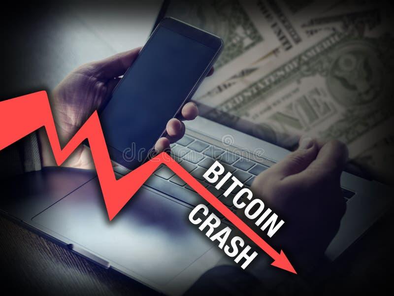 Bitcoin die zakenman in de neerstorting van de cryptocurrencyprijs achtervolgen stock afbeeldingen