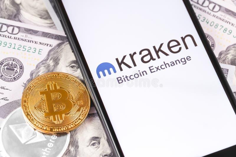 Bitcoin, dollar och Kraken logo av utbytet på skärmsmartphonen royaltyfri bild