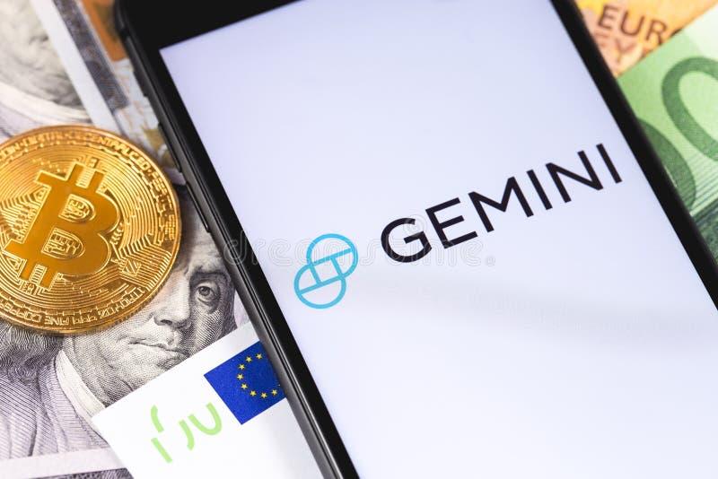 Bitcoin, dollari, euro banconote e logo dei Gemelli dello cripto-scambio sullo smartphone dello schermo fotografia stock