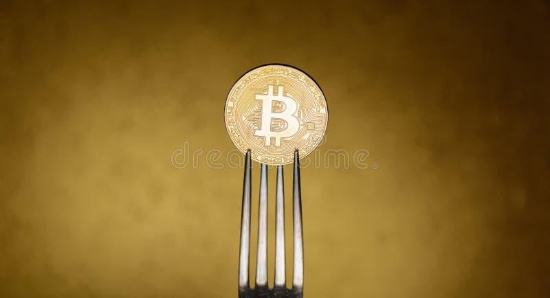 Bitcoin dorato nella forcella del siver su fondo astratto immagini stock libere da diritti