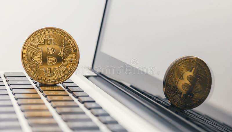 Bitcoin dorato - nuovi soldi virtuali sul taccuino immagine stock libera da diritti