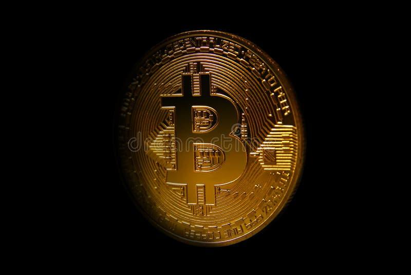 Bitcoin dorato sopra fondo scuro Affare e concetto virtuale di cryptocurrency immagine stock libera da diritti