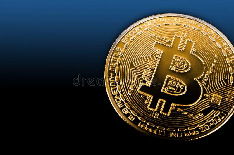 Bitcoin dorato su backround nero immagine stock libera da diritti