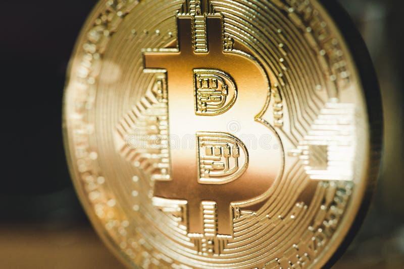 Bitcoin dorato su un fondo scuro Fine in su fotografia stock libera da diritti