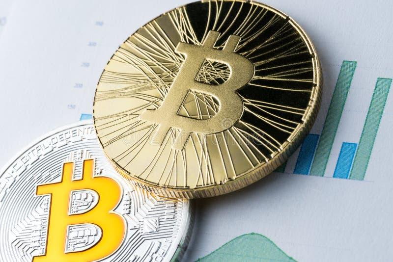 Bitcoin dorato sul fondo dei diagrammi e del grafico concetto di commercio valuta cripto e dei soldi virtuali fotografie stock libere da diritti