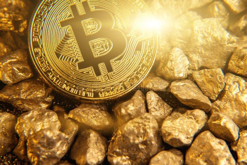 Bitcoin dorato sul monticello di oro fotografia stock libera da diritti