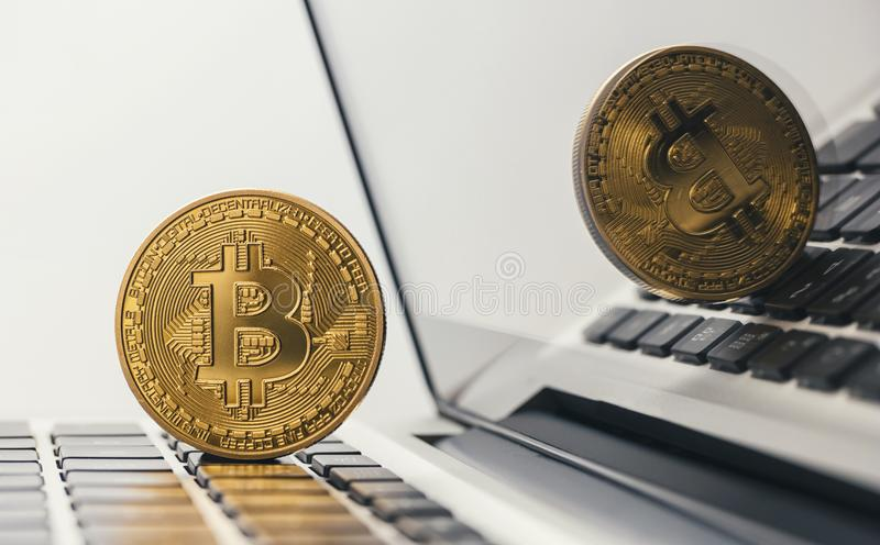 Bitcoin dorato sul taccuino immagine stock