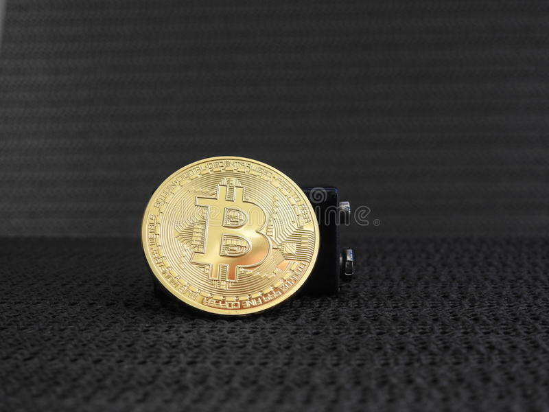 Bitcoin dourado com bateria foto de stock