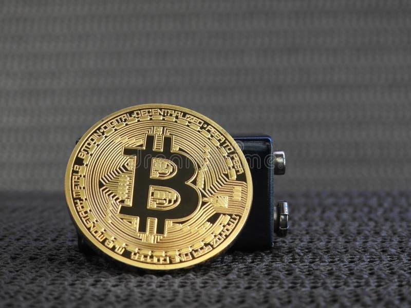 Bitcoin dourado com bateria imagens de stock royalty free