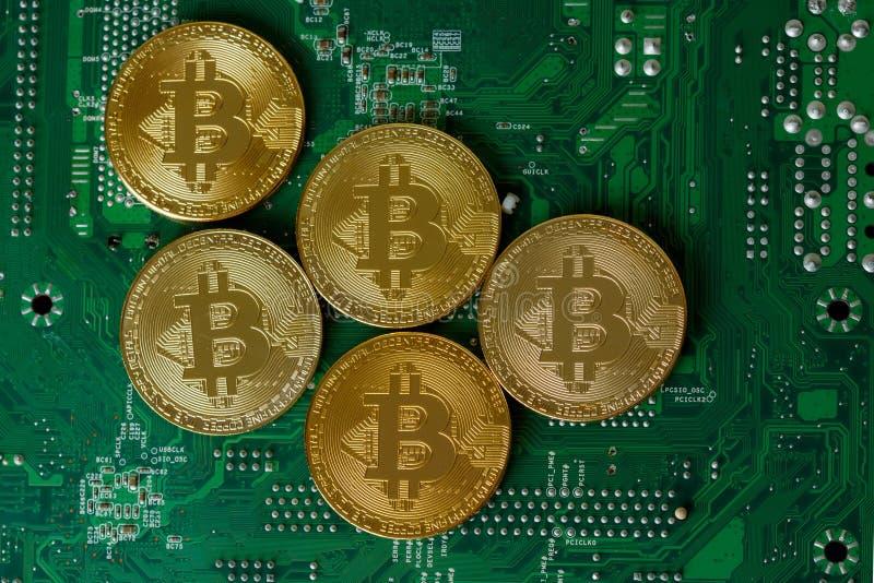 Bitcoin dourado Cryptocurrency no processador central da placa de circuito do computador fotografia de stock