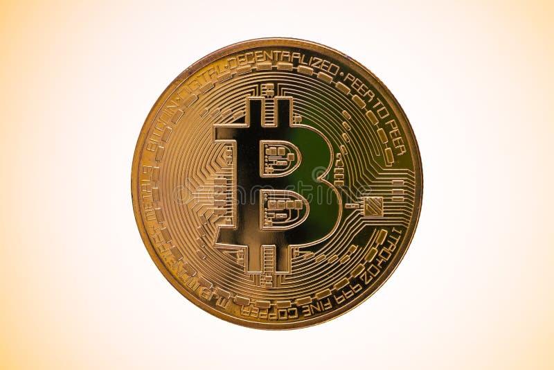Bitcoin dourado da cor em um fundo dourado do halo fotografia de stock