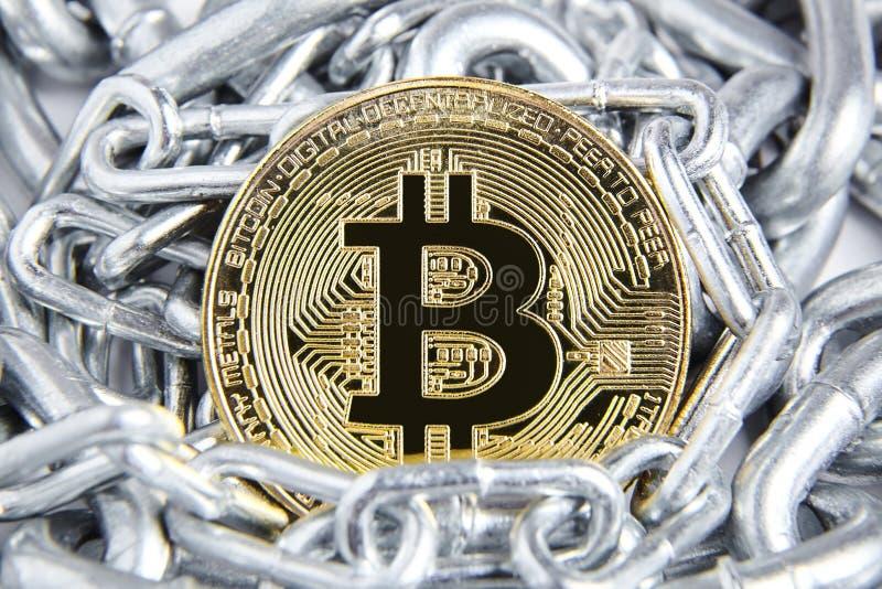 Bitcoin dourado e corrente de prata imagem de stock