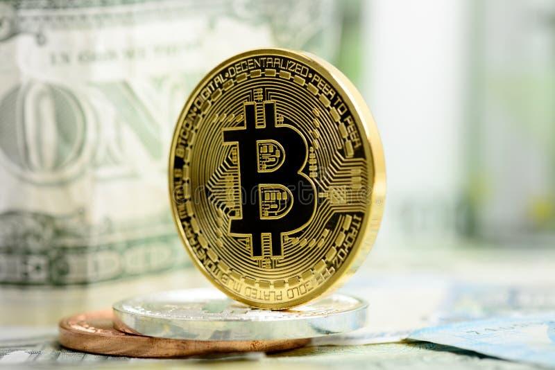 Bitcoin dourado no fundo do dinheiro imagem de stock