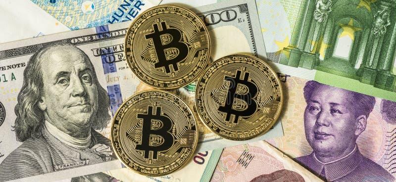 Bitcoin dourado sobre multi cédulas dólar da moeda, yuan, euro- foto de stock royalty free