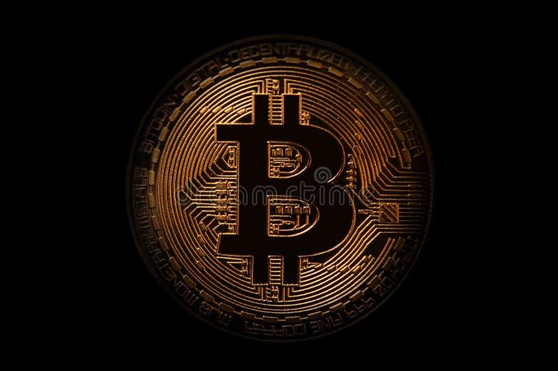 Bitcoin dourado sobre o fundo escuro Negócio e conceito virtual do cryptocurrency imagem de stock royalty free