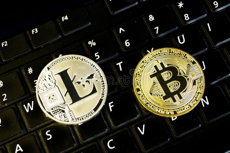 Bitcoin e il litecoin è un modo moderno dello scambio e questa valuta cripto è mezzi di pagamento convenienti nel finanziario e n fotografia stock