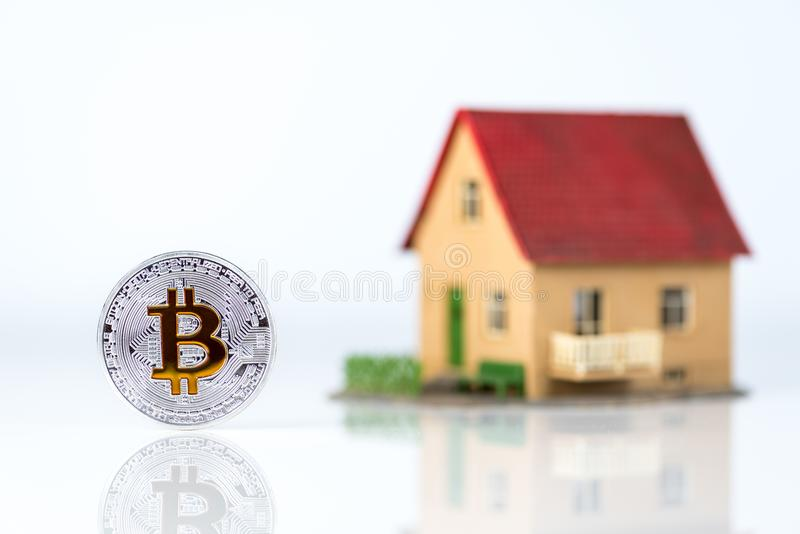 Bitcoin e la casa privata modellano a fondo leggero Tema del bene immobile Concetto di acquisto della proprietà per valuta cripto immagine stock