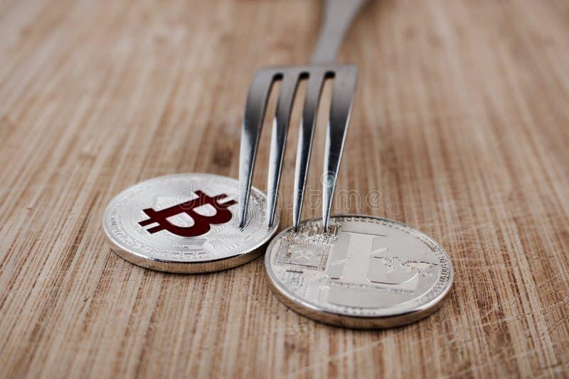 Bitcoin e Litecoin d'argento immagine stock libera da diritti
