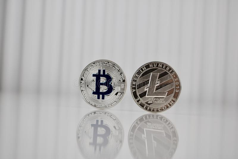 Bitcoin e Litecoin d'argento fotografie stock libere da diritti
