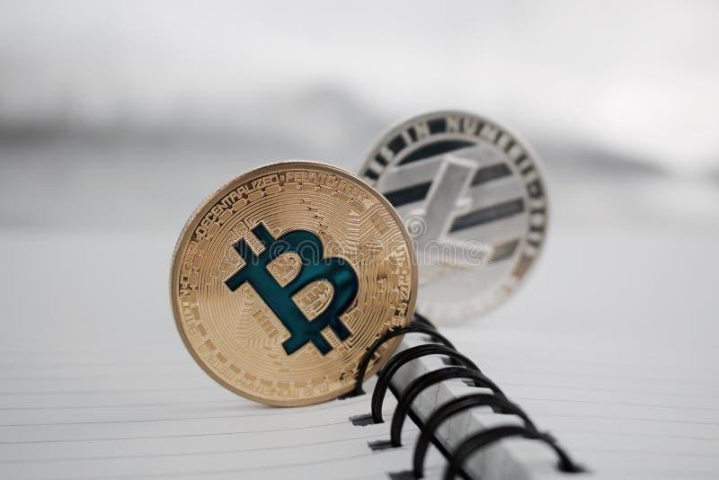 Bitcoin e Litecoin dell'oro fotografia stock libera da diritti