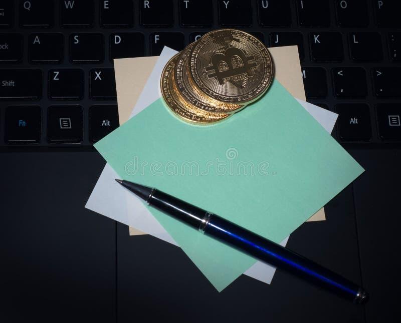 Bitcoin e o portátil da classe executiva, bloco de notas para entradas, trabalham e trazem transações fotografia de stock royalty free