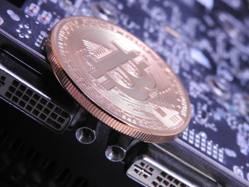 Bitcoin e parte superior da unidade de processamento dos gráficos ou do GPU foto de stock royalty free