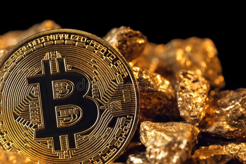 Bitcoin e pepitas de ouro, close up fotografia de stock royalty free