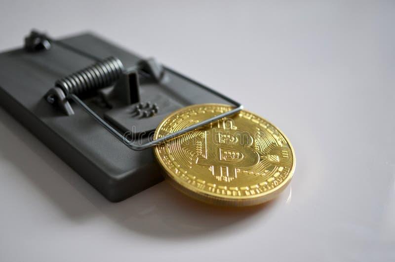 Bitcoin in een val royalty-vrije stock afbeeldingen