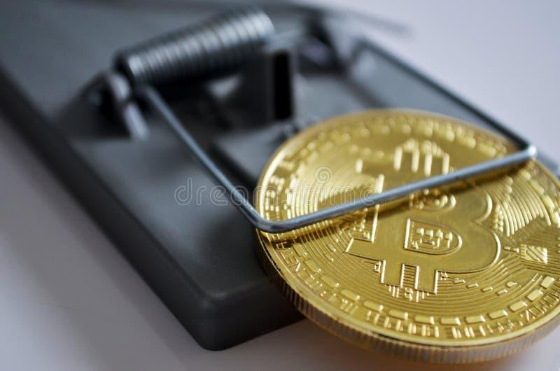 Bitcoin in een val stock fotografie