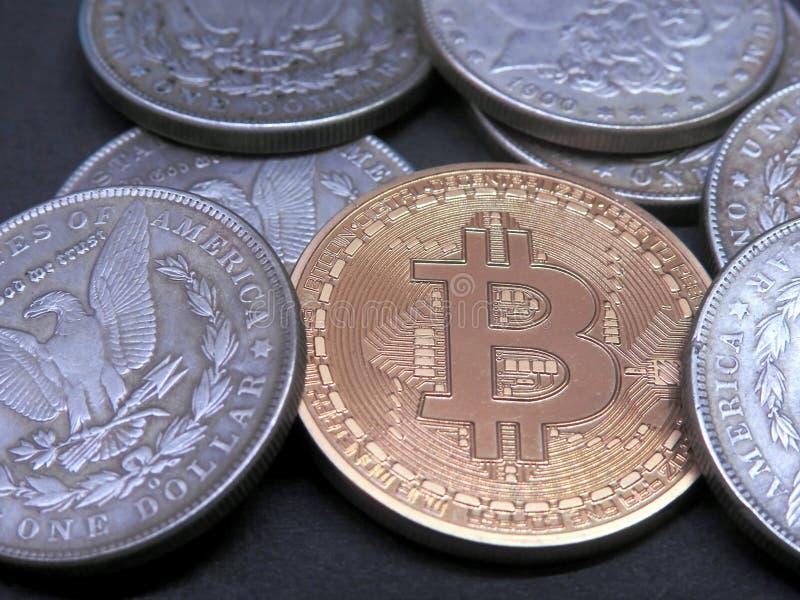 Bitcoin en antiek Zilveren Morgan Dollars royalty-vrije stock afbeelding