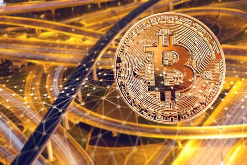 bitcoin en bezig verkeer op de achtergrond - futuristische slimme stad - cryptocurrencyconcept stock foto