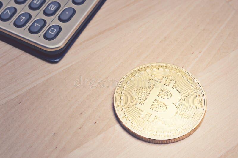 Bitcoin en calculator op lijst stock foto's