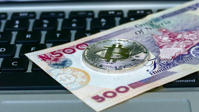 Bitcoin en cuentas del naira imágenes de archivo libres de regalías