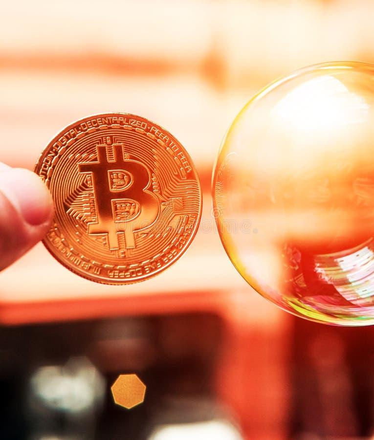 Bitcoin en de bel als abstract symbool van de risico's van D royalty-vrije stock afbeeldingen