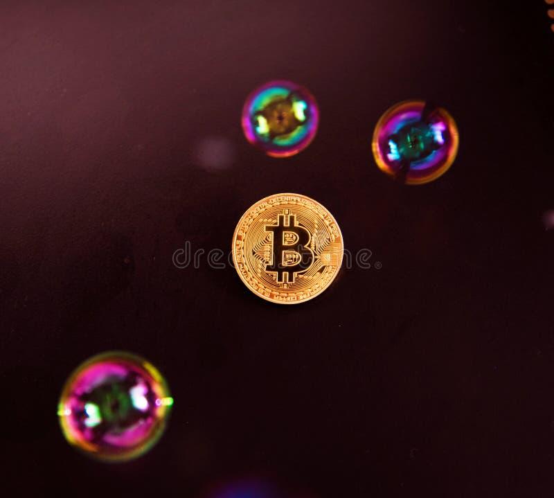 Bitcoin en de bel als abstract symbool van de risico's van D stock foto