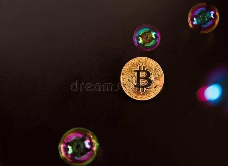 Bitcoin en de bel als abstract symbool van de risico's van D royalty-vrije stock afbeelding