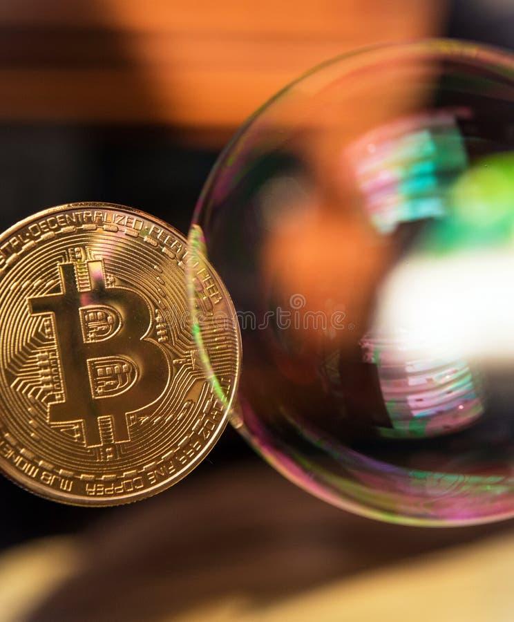 Bitcoin en de bel als abstract symbool van de risico's van D royalty-vrije stock fotografie