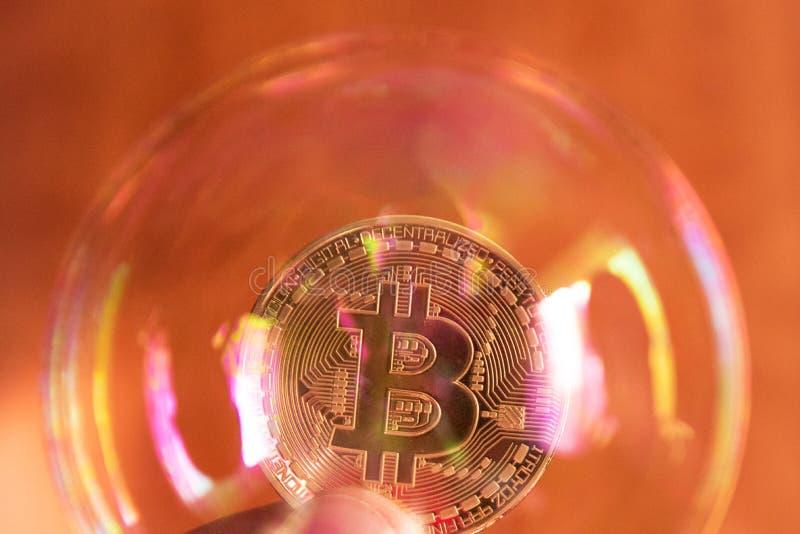 Bitcoin en de bel als abstract symbool van de risico's van een digitale munt en een mogelijke instorting en abrupte verandering v royalty-vrije stock afbeeldingen
