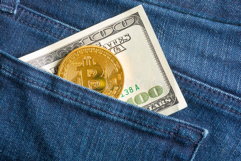 Bitcoin en 100 dollarrekening in een zak stock foto